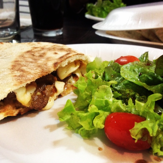 Bistec con Queso en Pan Pita / Steak with cheese on Pita Bread