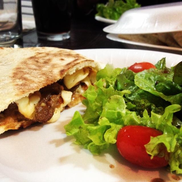 Bistec con Queso en Pan Pita / Steak with cheese on Pita Bread