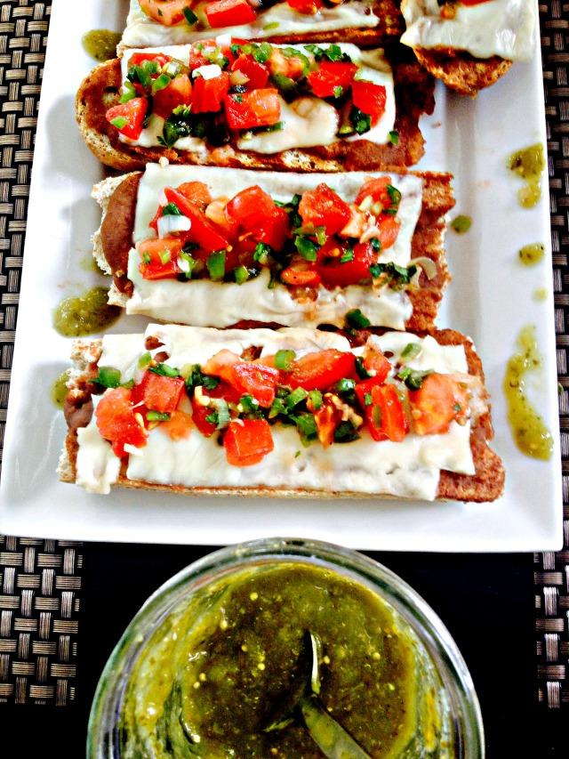 Molletes con Pico de Gallo and salsa verde